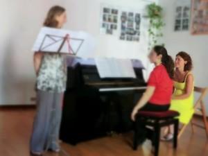 La maestra di canto Maria Francesca Gussetti durante una lezione